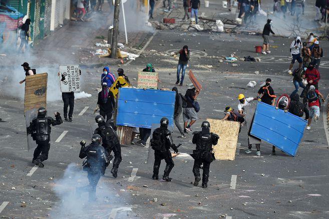 La oficina de la ONU en Colombia dice que las protestas dejan ya la muerte de 18 civiles y un policía, además de 800 heridos.
