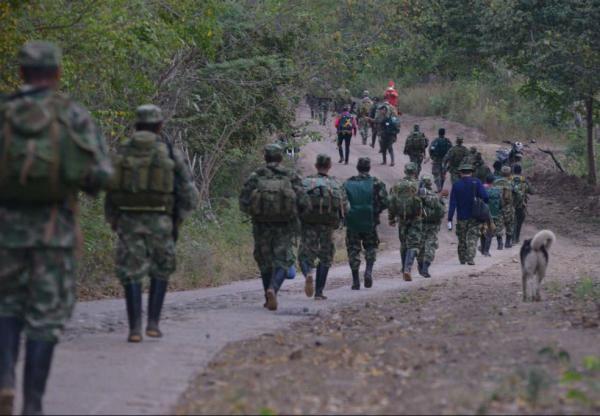 Guerrilleros del Frente 59 de las Farc marchan hacia la Zona Veredal en Pondores, Guajira, para iniciar dejación de armas.