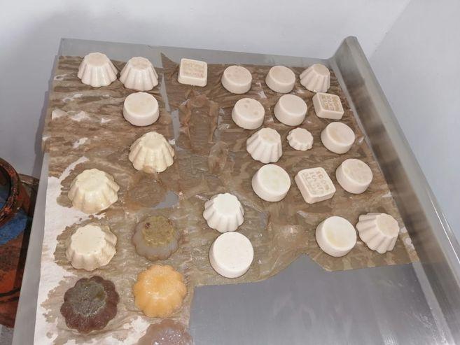Los jabones para el cuerpo son producidos con insumos como miel de abejas, sábila y romero.