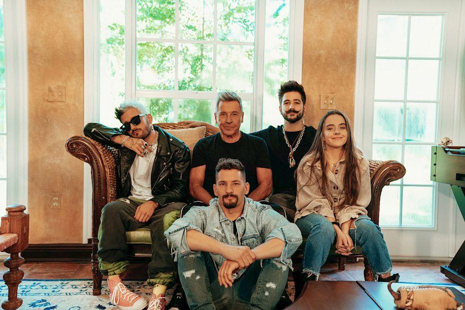 """Ricardo Montaner, sus hijos Mau, Ricky y Eva Luna y su yerno Camilo Echeverry publicaron este miércoles la canción """"Amén""""."""