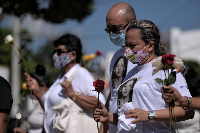 Mayerlis Angarita en la llegada al cementerio municipal de San Juan Nepomuceno.