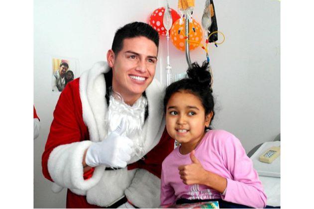 James Rodríguez se vistió de Papá Noel para sorprender a niños de un hospital en Bogotá