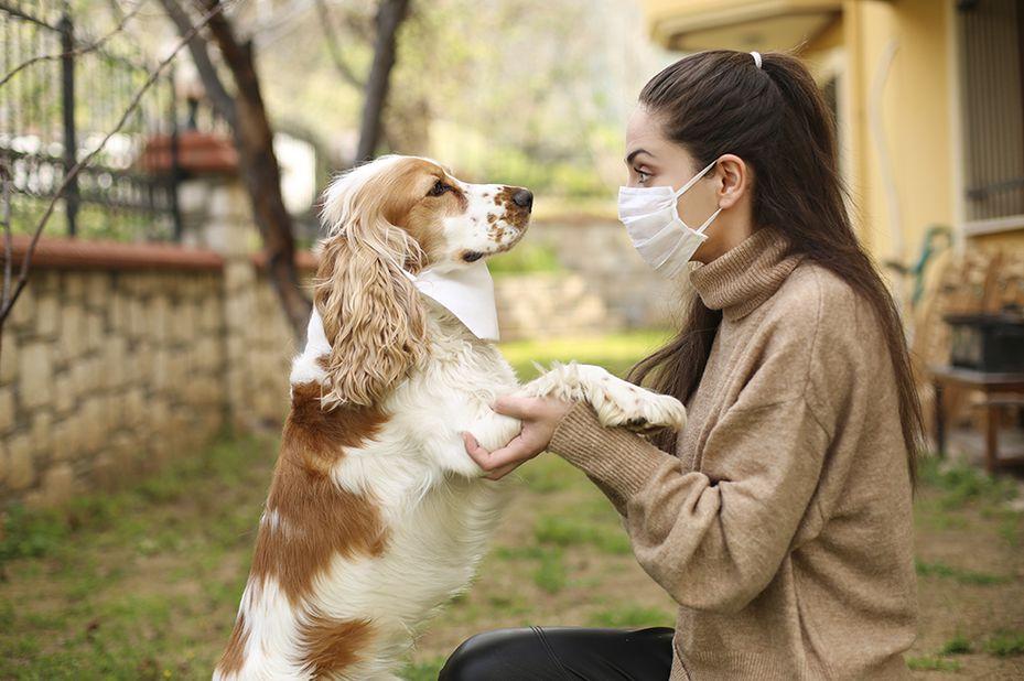 Mujer y su mascota en cuarentena