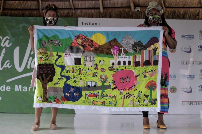 Las Tejedoras de Mampuján, en cabeza de Juana Ruiz (izq) han ayudado a las mujeres víctimas y sobrevivientes a encaminar su proceso de perdón por medio del arte de tejer.