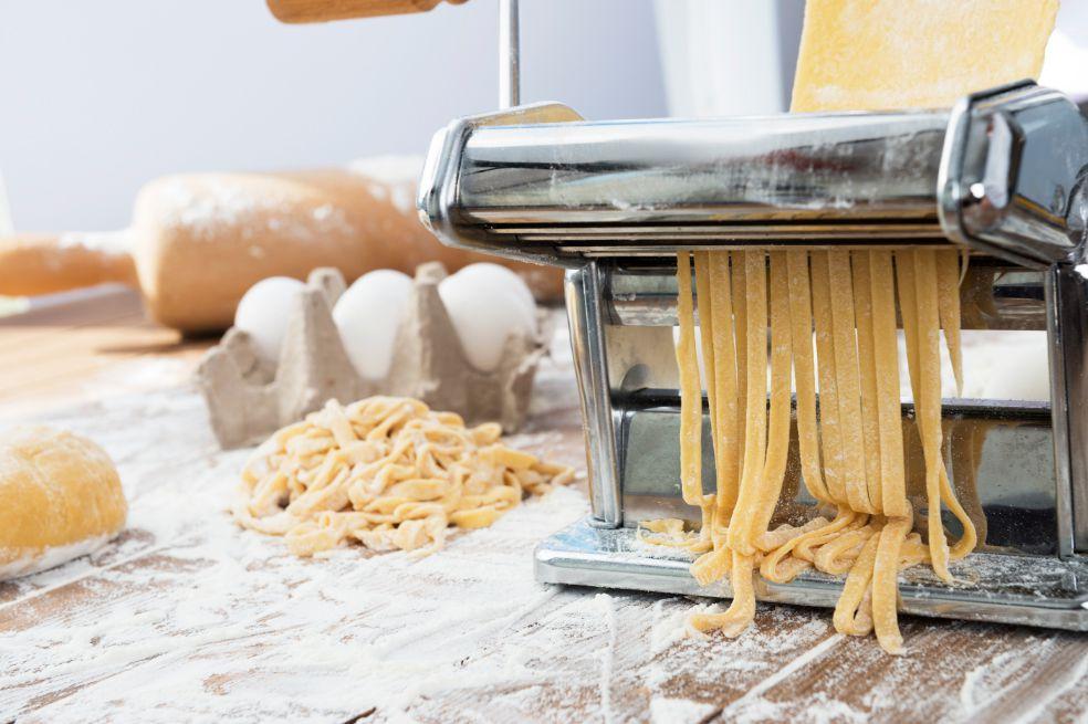 Aprende a hacer tu propia pasta en casa. Sorprenderás a todos en casa.