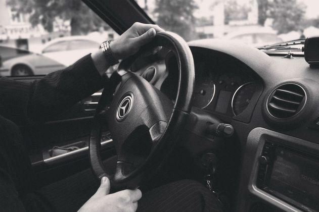Buscan usuario que olvidó $15 millones en un carro que solicitó a través de una aplicación