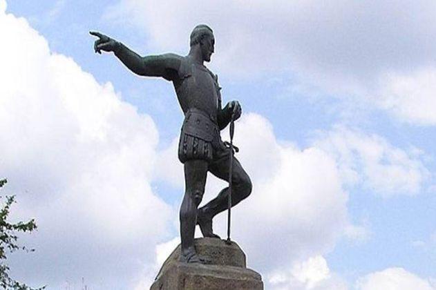 ¿Derribar estatuas coloniales serviría para reinterpretar la historia nacional?