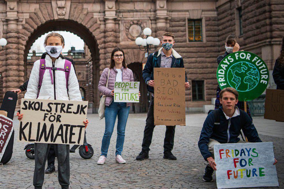 """La activista medioambiental sueca y otros miembros del movimiento """"Fridays for Future"""" hacen un llamado a la protesta global contra la crisis climática."""