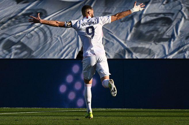 El delantero francés Karim Benzema marcó los dos goles de la victoria del Real Madrid ante el Elche, por la Liga de España.