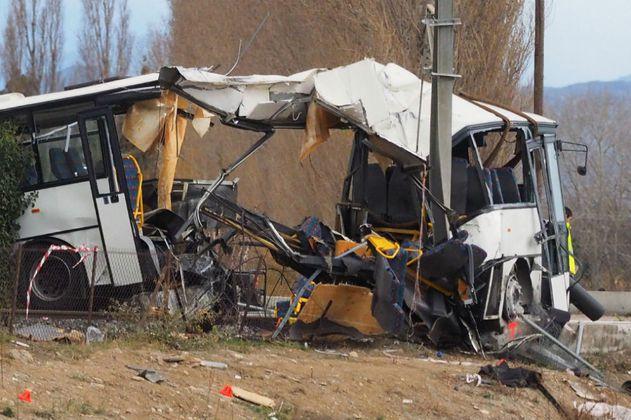 Suben a seis los niños muertos en choque entre autobus y tren en Francia