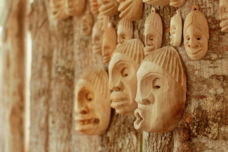 Para esta serie periodística, Gerardo Chasoy elaboró tres máscaras que representan la incertidumbre, el miedo y la esperanza para vencer la enfermedad.