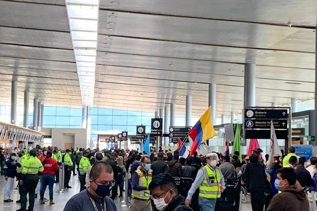 Luego de varias horas de protesta, indígenas Misak se retiraron del Aeropuerto El Dorado