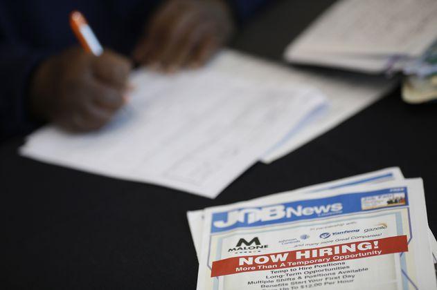 Alza en solicitudes de ayuda por desempleo frena optimismo en EE. UU.