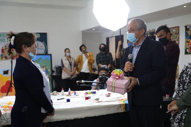 En el encuentro, una representante de víctimas de Mallama entregó a Darío Acevedo, director del CNMH, las artesanías que representan el proceso de memoria de las mujeres en su territorio.