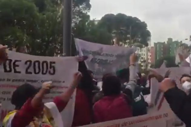 Protesta de personas con limitaciones auditivas frente al Ministerio de Transporte en Bogotá