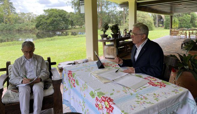 """Víctimas de crímenes de Estado calificaron a la presencia del exsenador Álvaro Uribe ante la CEV como una legitimación a """"su discurso de violencia""""."""