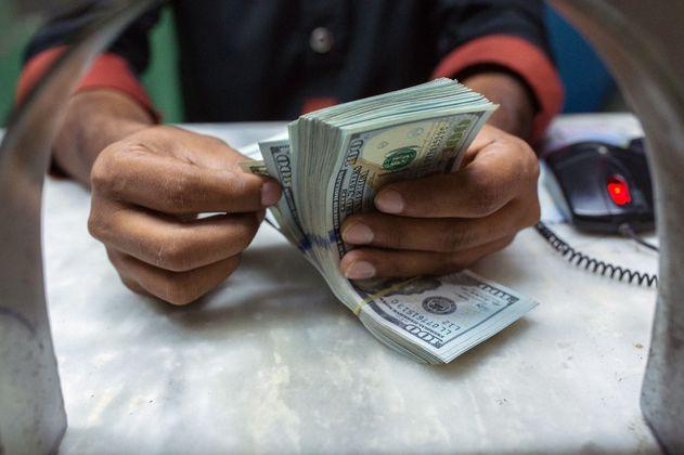El dólar cae $27 y cierra en $3.655