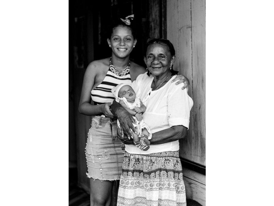 A la derecha Teotista Alarcón junto a su nieto e hija, en la vereda La Playa, Francisco Pizarro.