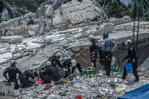 Las impactantes imágenes de la implosión del edificio derrumbado en Miami