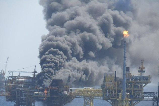 Otra vez se quema el mar: reportan incendio en plataforma en el golfo de México