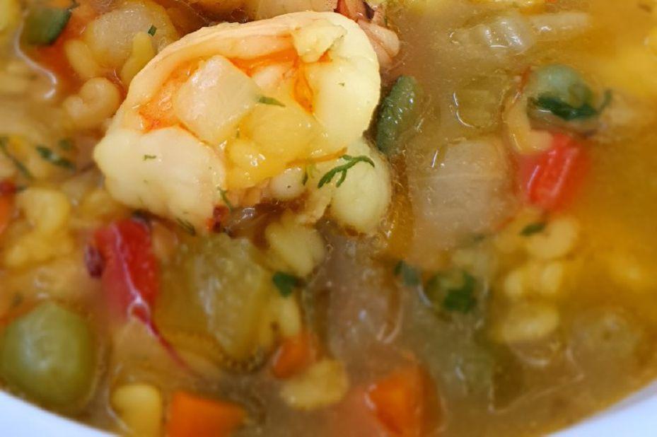 Receta para preparar sopa de langostinos con letras y verduras de la nevera