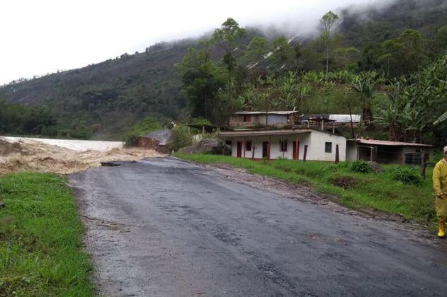 Desbordamiento de río bloquea vía de Arauca a los santanderes