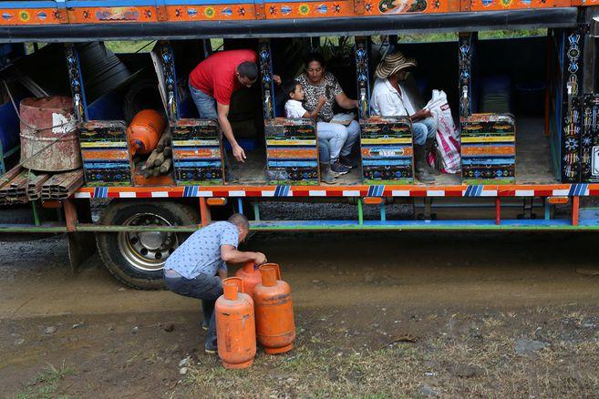 A bordo de tres buses tipo escalera (o 'chivas'), 93 personas entre excombatientes y sus familias abandonaron el antiguo espacio territorial de Santa Lucía.