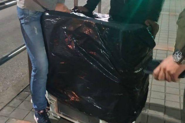 Multan a dos mujeres por intentar transportar una lavadora en Transmilenio