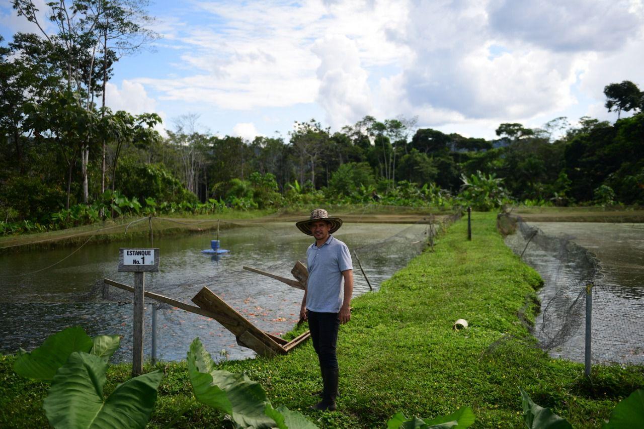 Jorge Santofimio y su hermano lideran el vivero de Commucon junto con un proyecto de piscicultura.