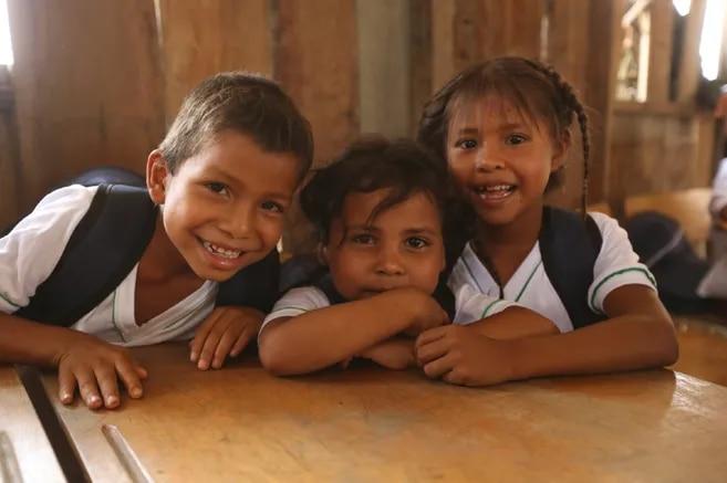 Entre primero y tercero de primaria, el conocimiento se expande hacia las diferencias y similitudes físicas y culturales con un enfoque en derechos humanos.