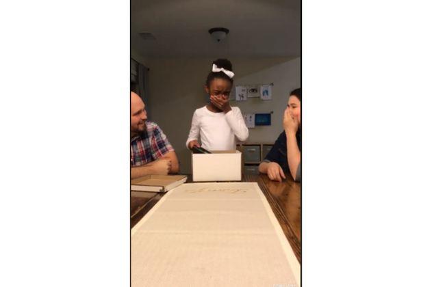 Conmovedora reacción de niña al enterarse de que será adoptada