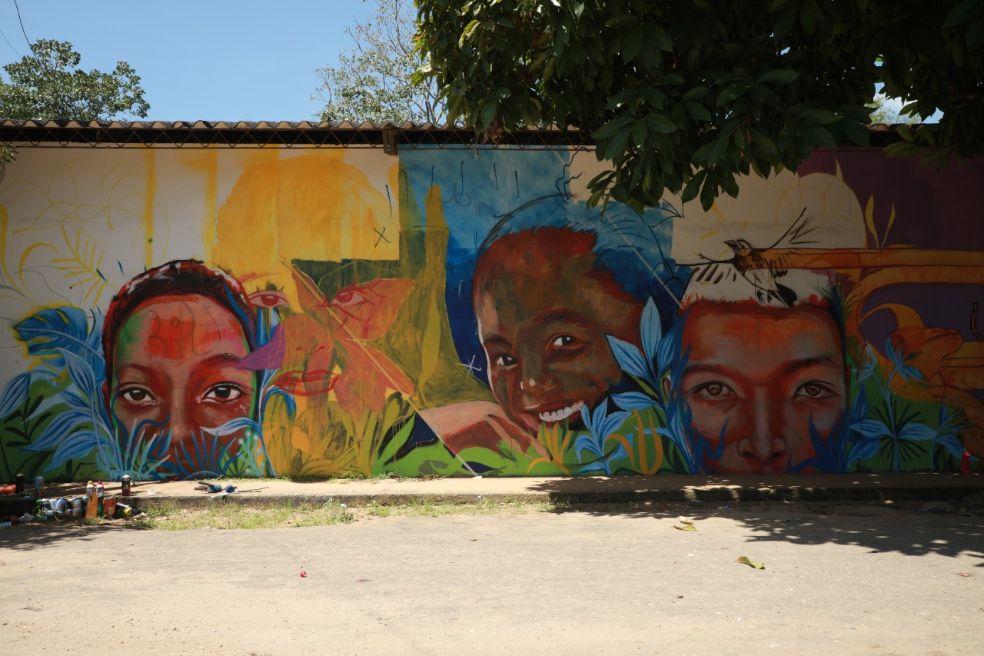 Duván retrató a niños doncellences que quisieron ser la inspiración para el mural de su escuela.
