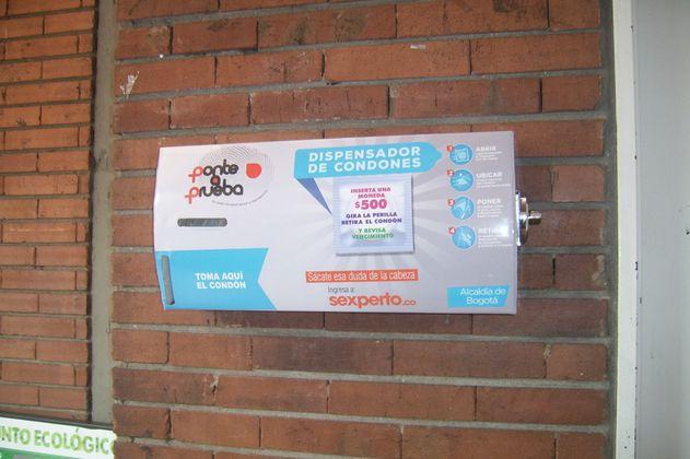 Distrito instala 185 dispensadores de condones a bajo costo para población vulnerable
