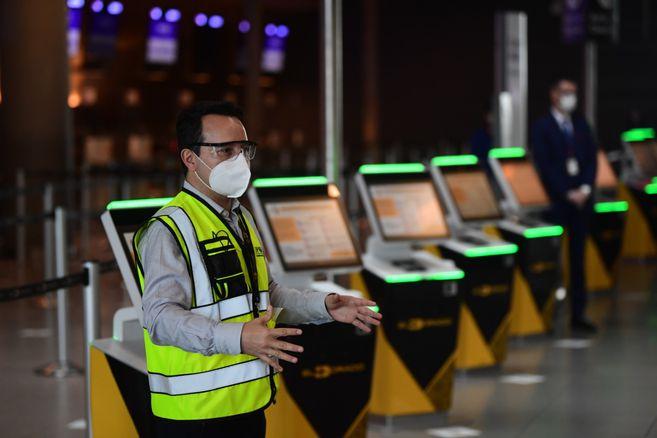 Se crearon mecanismos para que el viajero pueda entregar su maleta sin tener contacto con el personal de la aerolínea. Su pasabordo le dará ingreso por puertas inteligentes a las salas de espera. No se recibirán acompañantes.