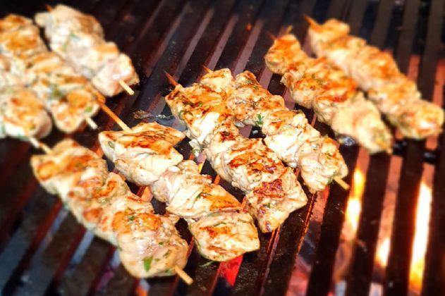 Receta para preparar brochetas de pollo con marinada asiática