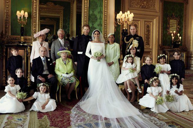 Meghan y Enrique con la abuela de Enrique, la reina Isabel II, su esposo el príncipe Felipe, y su hijo el príncipe Carlos, heredero al trono y padre del novio. / AFP