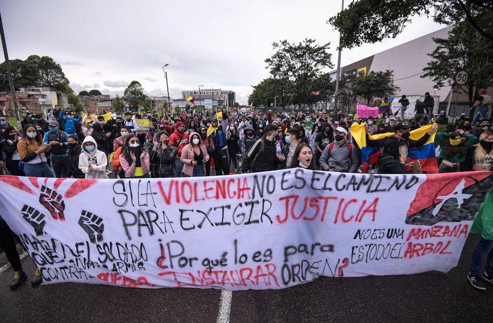 Un grupo de manifestantes marchó hacia el centro comercial Nuestro Bogotá, donde se había citado a una concentración a las 3:00 p.m..