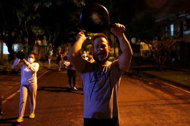 Un hombre golpea una cacerola durante una protesta contra la reforma tributaria propuesta por el gobierno de Iván Duque en Cali (Colombia).