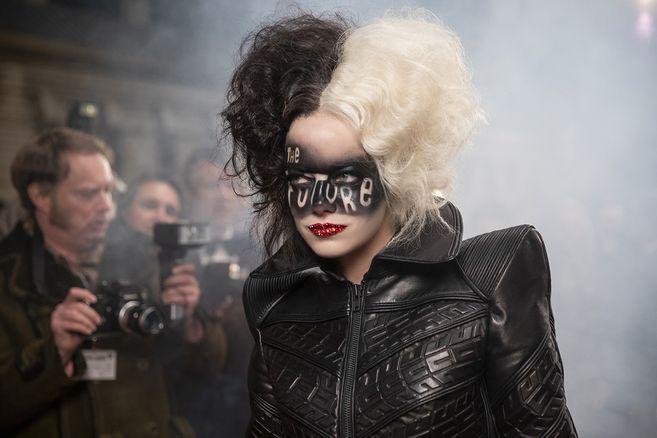"""Emma Stone interpretando a """"Cruella""""."""