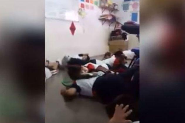 Maestra calma a sus alumnos con canciones infantiles durante balacera