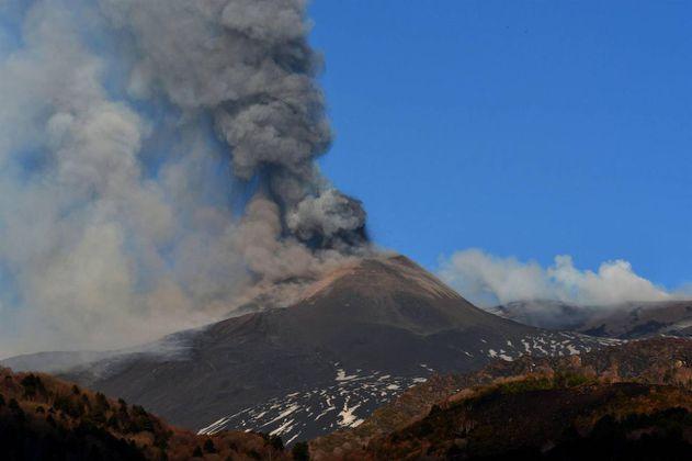 Otro volcán, ahora en Italia, entra en erupción