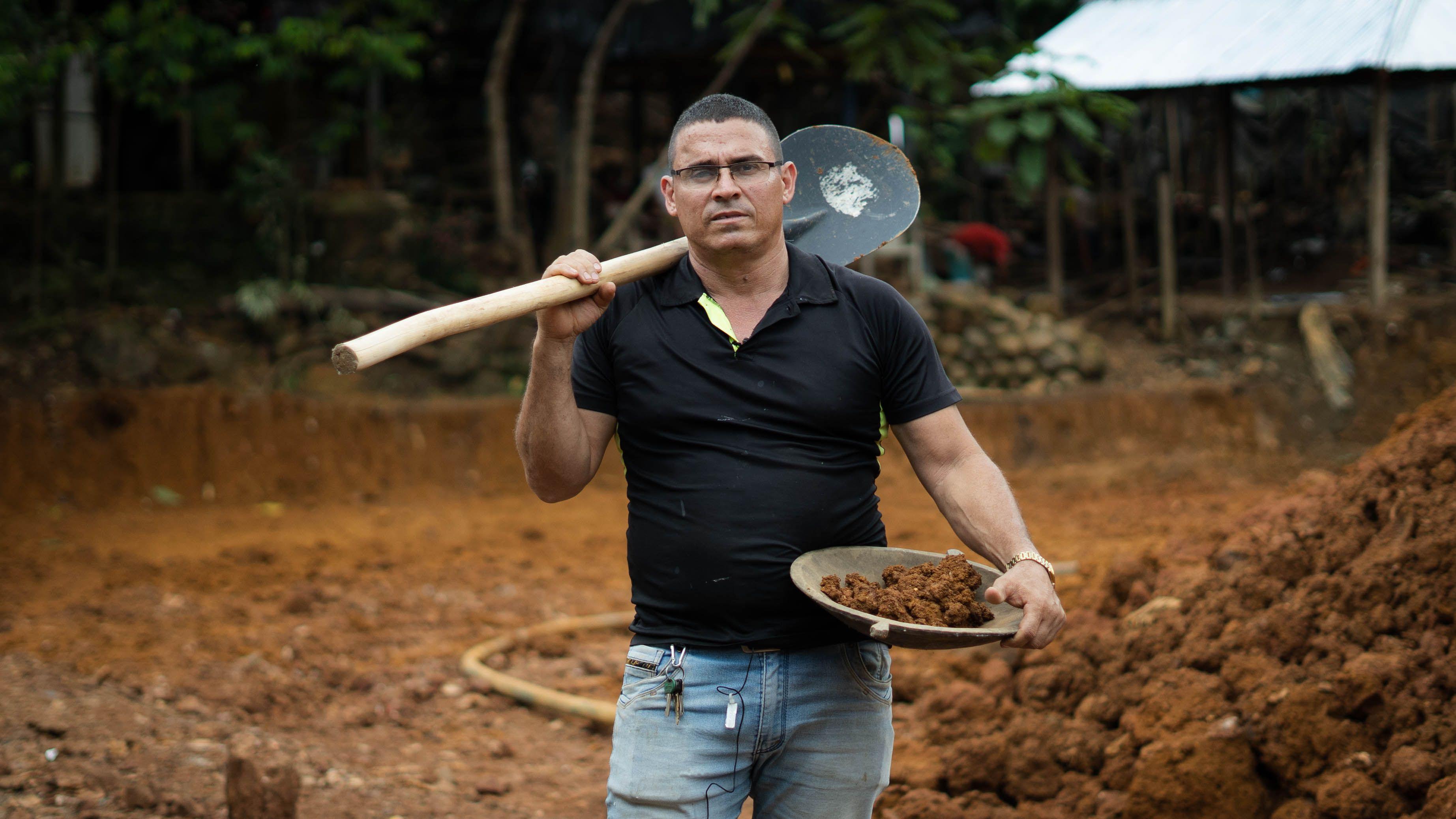 Eliécer Velásquez, el líder más representativo de la mina El Alacrán, ha denunciado amenazas por parte de grupos armados y funcionarios de las empresas mineras.