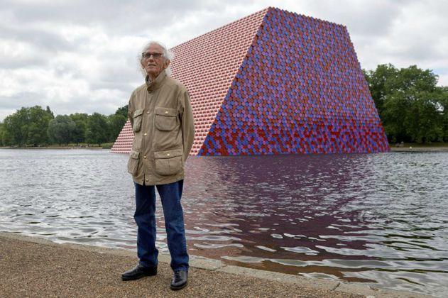 Una pirámide con 7.506 tanques de gasolina en Londres: ¿un mensaje ambiental?