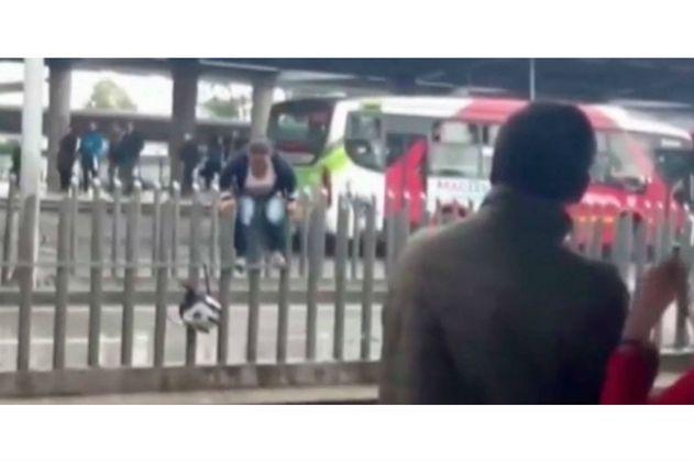 Mujer arriesga su vida saltando sobre las nuevas barreras del Transmilenio