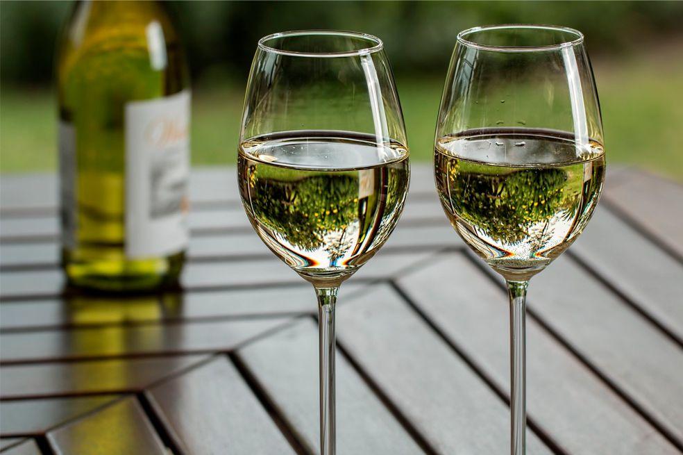 Vino blanco: 12 propiedades y curiosidades de esta bebida