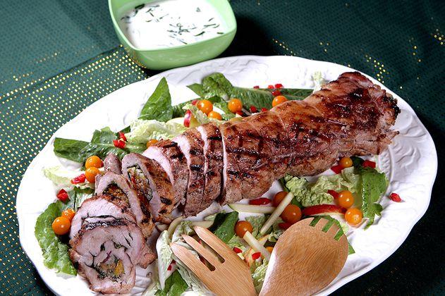 Lomo de cerdo relleno de arroz con frutas secas tropicales y salsa de suero costeño con guascas