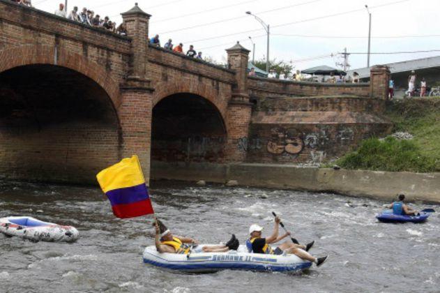 Ambientalistas navegaron el contaminado río Medellín para salvarlo