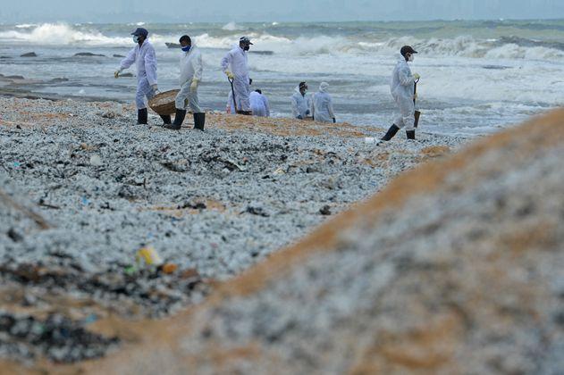 Sri Lanka enfrenta el peor desastre ambiental tras incendio de buque cargado con químicos