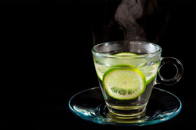 ¿Para qué sirve realmente el agua con limón?