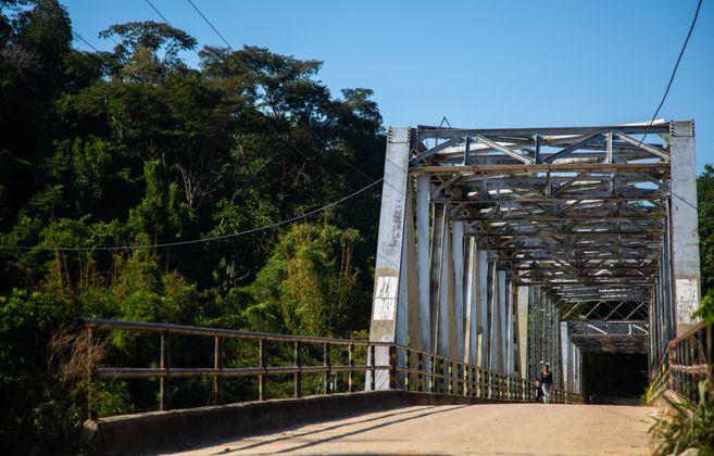 """Este puente une La Gabarra con la vereda El 60. Allí se hacían torturas en una casa que, tiempo después, se convirtió en """"la casa de la paz""""."""